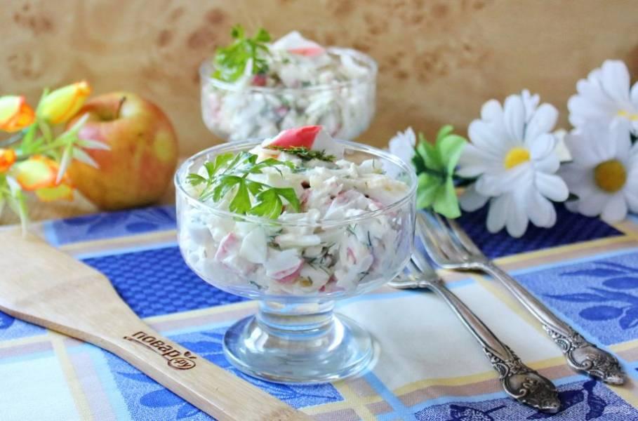 10. Крабовый салат с яблоком готов. Подавайте к столу.