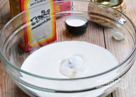 В небольшой миске смешиваем кефир, сахар, соль и неполную ложку соды. Перемешиваем все хорошо и оставим на 10 минут.