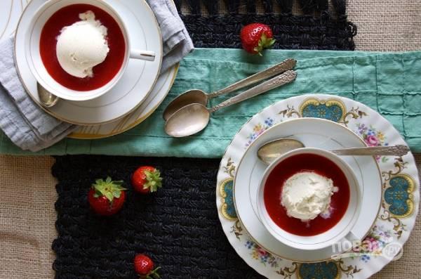 4. Готовый суп отправьте в холодильник на полчасика. Перед подачей на стол добавьте в тарелку шарик мороженого.  Приятного аппетита!