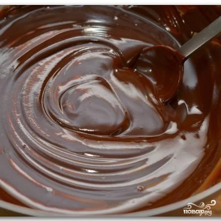 Перемешиваем смесь ложкой до тех пор, пока шоколад полностью не растопится. Затем добавляем в смесь ванильную эссенцию, вновь хорошо перемешиваем.