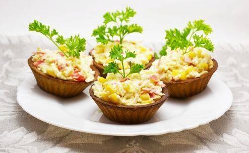 Начините корзиночку салатом. Приятного аппетита!