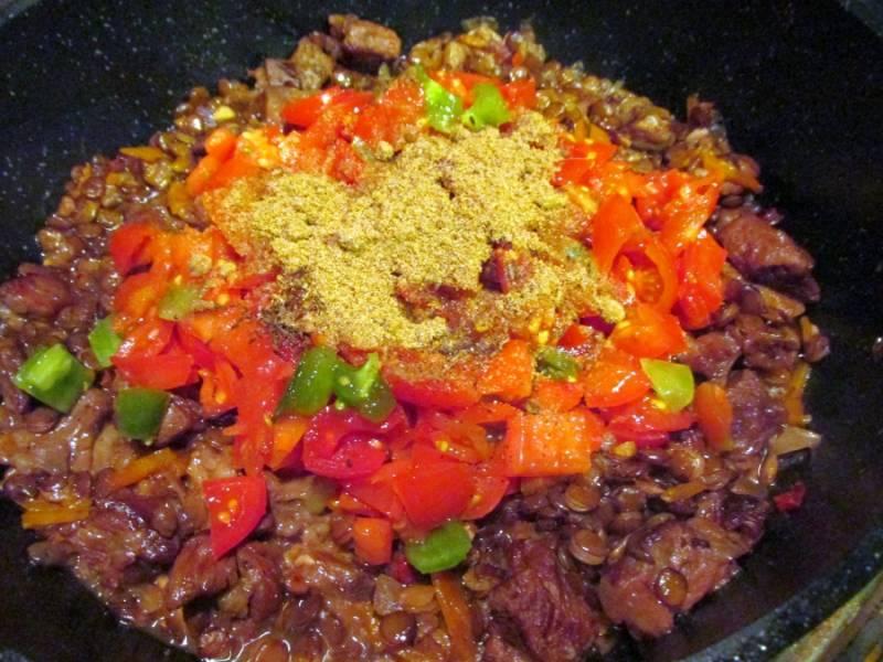 4. Когда чечевица уже смягчится, - добавляем помидоры и специи на ваш вкус.