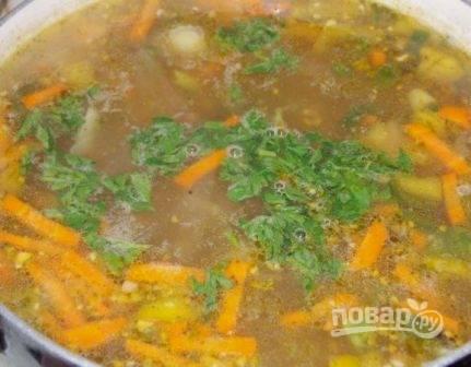 И добавляем её в суп. Пробуем суп, добавляем по вкусу специи, варим еще минуты 3-4.