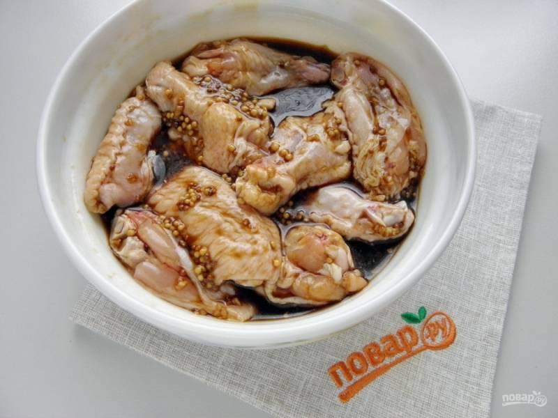 Залейте маринадом крылышки, тщательно перемешайте. Отправьте в холодильник на 2 часа, периодически перемешивайте, чтобы все крылышки были в маринаде. Можно сверху поставить небольшой гнет.