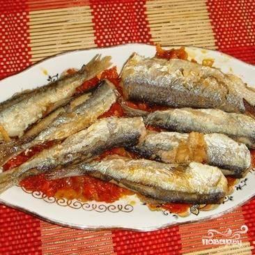 3.Выложить на тарелку слой маринада,потом слой жареной салаки.