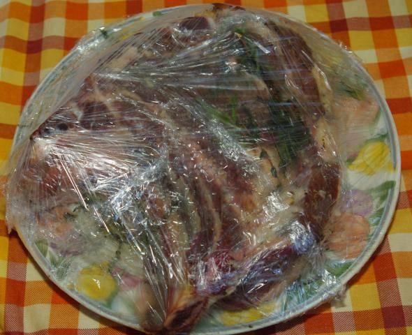 Мясо затяните пленкой и отправьте в холодильник до завтра.