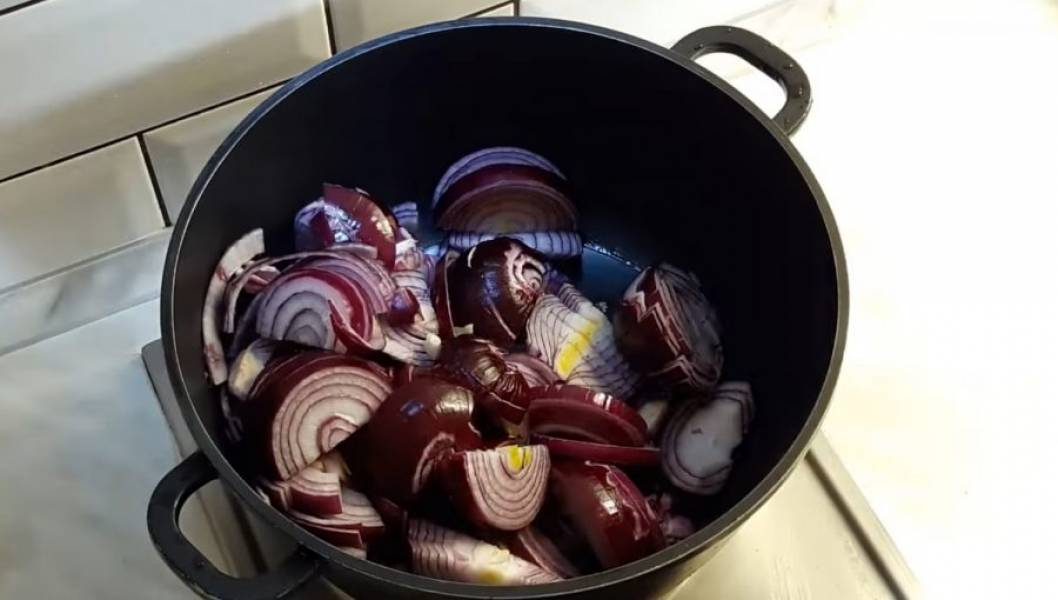 1. Нарежьте толстыми полукольцами лук, затем обжарьте его на небольшом количестве растительного масла на среднем огне. Хорошо перемешивайте лук, пока он не станет слегка мягким и прозрачным (20 минут).