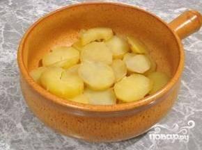 Выложить в форму половину отварного картофеля. Если форма керамическая, маслом можно не смазывать.
