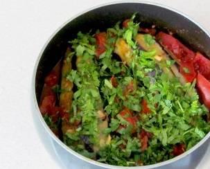 Добавьте мелко нарезанную зелень и потушите еще пару минут. Затем снимите с огня и дайте блюду настояться.