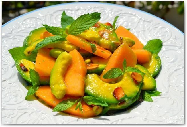 """В принципе, салат готов - его можно подавать, украсив свежими листьями мяты. Однако я рекомендую дать салату постоять хотя бы 10-15 минут, чтобы он """"скрепился"""" и пропитался. Приятного аппетита!"""