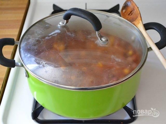 6.Добавьте в кастрюлю макароны и бульон (можно заменить водой). Накройте кастрюлю крышкой и доведите до кипения, затем уменьшите огонь и готовьте около 15 минут.