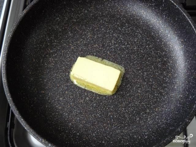 Половинку сливочного масла разогрейте на сковороде.