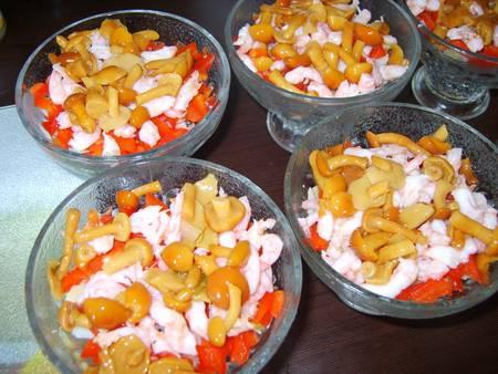 5. Интересной изюминкой такого салата станут грибы. Их лучше добавить совсем немного, предварительно слив маринад.