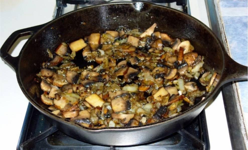 4. В это время нарезаем крупно моховики и добавляем их в сковороду. Жарим на среднем огне пока вся жидкость не испарится.