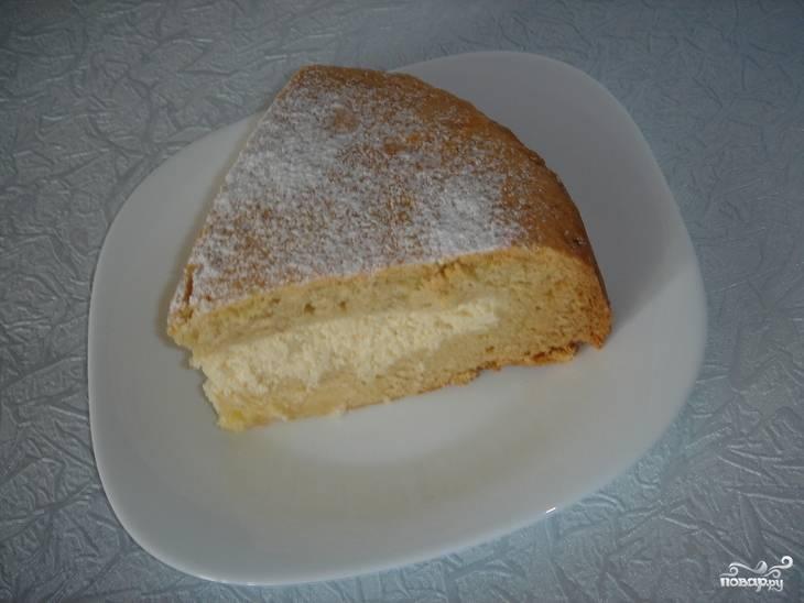 4.Выпекаем в разогретом до 180 градусов духовом шкафу 60-70 минут. Готовый пирог достаем из духовки, оставляем его на 10-15 минут, после чего посыпаем сахарной пудрой, разрезаем и подаем.