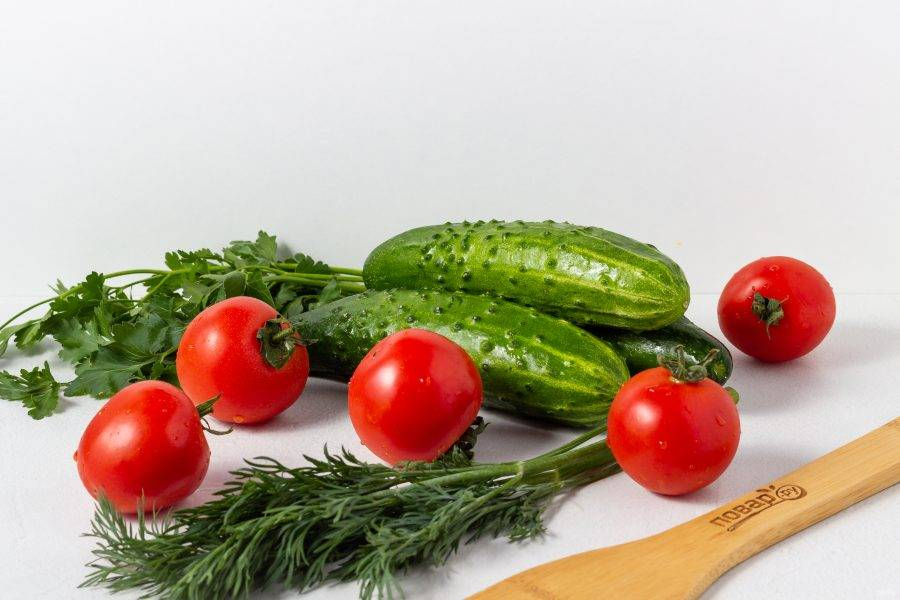 Подготовьте все необходимые ингредиенты. Овощи и зелень помойте и обсушите.