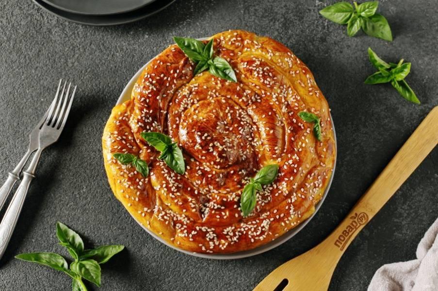 Дайте пирогу слегка остыть, затем нарежьте его на порции и подавайте к столу. Приятного аппетита!