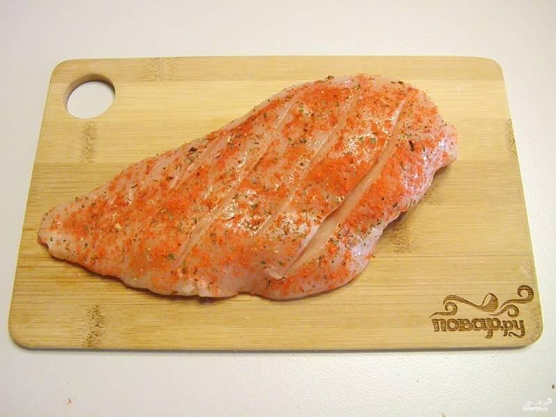 Куриное филе обваляйте в специях: соль, паприка, прованские травы. Сделайте ножом не слишком глубокие надрезы, чтобы мясо имело аппетитный вид и быстро прожарилось.