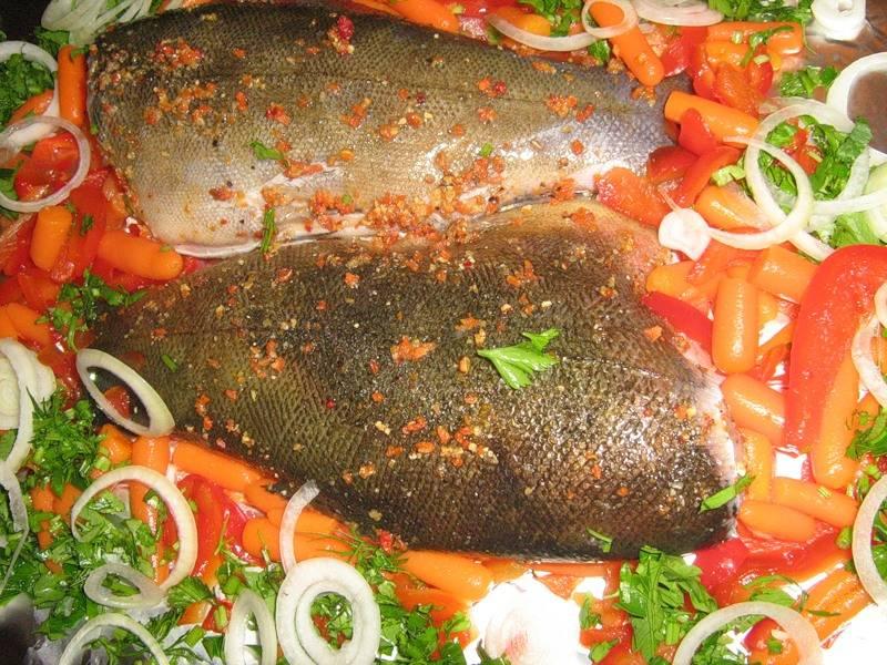 3. Рыба получается невероятно пикантная и вкусная. За десять минут до готовности можно притрусить ее зеленью петрушки. То же самое рекомендуется сделать и при подаче на стол.