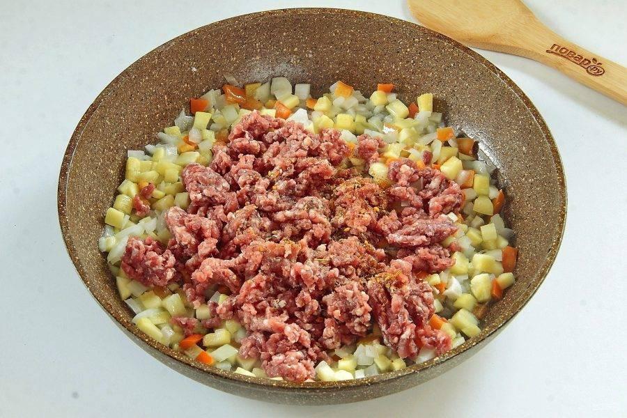 Добавьте фарш, соль и специи по вкусу.