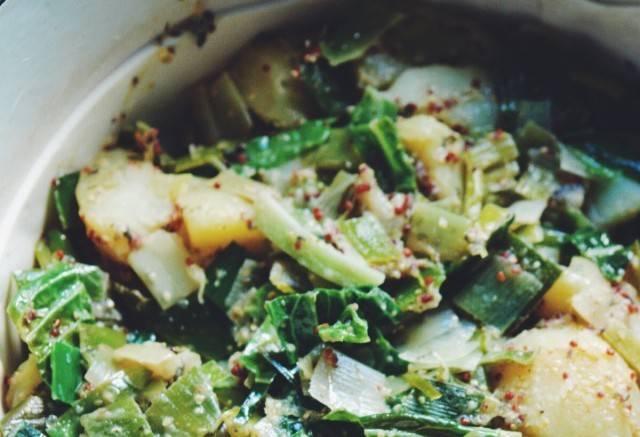2. Добавим измельченный лук, кабачок и шинкованную капусту. Заправляем горчицей и соевым соусом. Перемешаем.