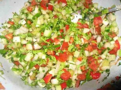 Моем овощи и нарезаем кубиками среднего размера. Зелень петрушки мелко нарезаем. Выкладываем подготовленные ингредиенты в салатник, солим и перемешиваем.