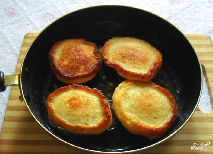 Сковороду с растительным маслом разогрейте и при помощи столовой ложки наливайте тесто в сковороду, формируя оладьи нужного вам размера. Обжаривайте оладьи с каждой стороны примерно по минуте, пока они не приобретут аппетитный золотистый цвет. Подавать это блюдо можно как в горячем так и в холодном виде.