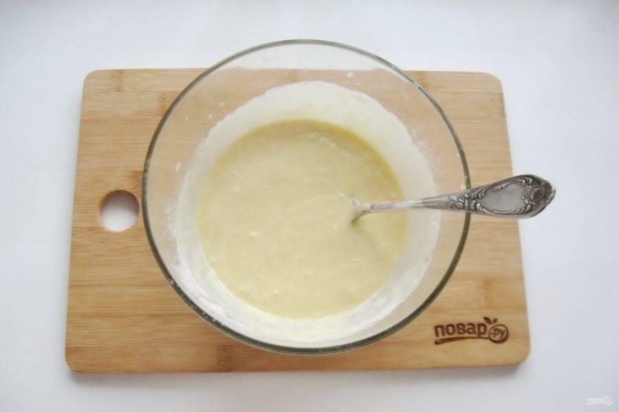 Добавьте в опару яйцо и растопленное сливочное масло. А также соль, ванильный сахар и оставшийся сахарный песок. Перемешайте все ингредиенты.