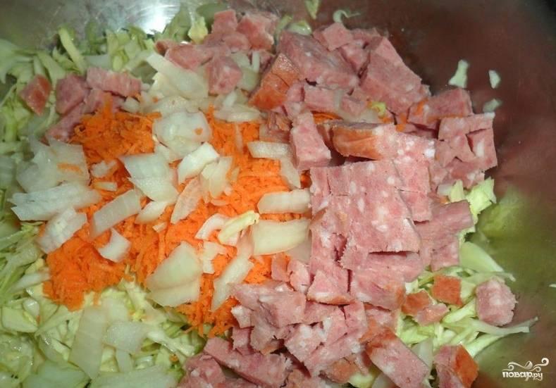 1. Все очень просто: все ингредиенты режем мелко и складываем в салатницу. Если в сыром виде морковь и лук вам не нравятся, обжарьте их на масле до мягкости, так тоже вкусно.