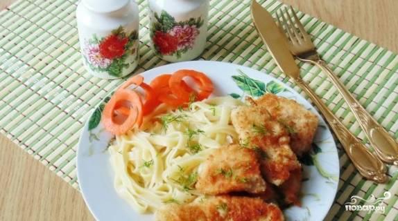6. Разогрейте на плите сковородку. Влейте немного растительного масла. Затем выложите на сковородку каждый кусочек запанированной грудки так, чтоб они не соприкасались. Обжаривайте с двух сторон. Готовое мясо приобретет приятный коричневатый цвет. Подавайте с любым гарниром или овощами.