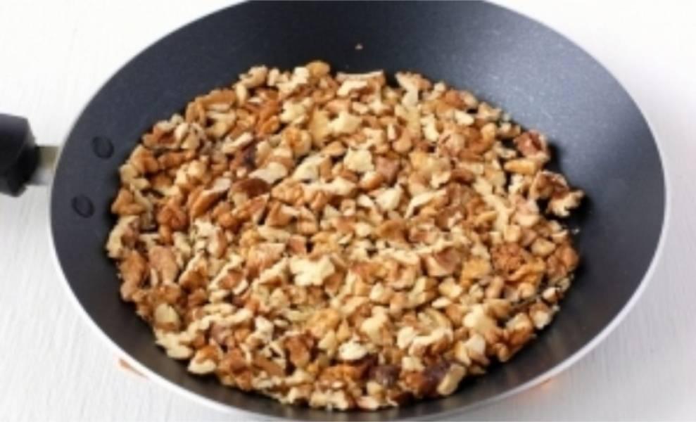 4. Орехи мелко нарежьте и обжаривайте минут 5 на сухой сковороде.