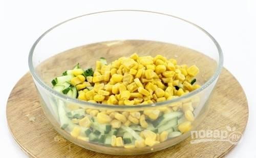 В салатницу к огурцам добавьте кукурузу без жидкости из банки.