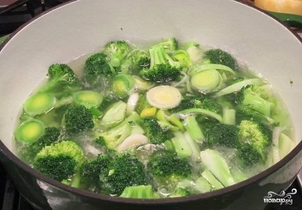 3. Выложите брокколи и лук-порей в кастрюлю, залейте их чистой водой так, чтобы она покрыла овощи. Поставьте на огонь, доведите до кипения и варите 5-10 минут до мягкости.