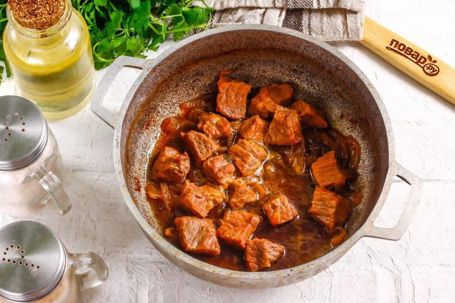 Мясо будет готово, когда воды в емкости останется совсем немного.