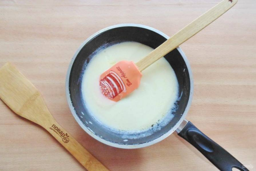 Постепенно влейте стакан молока и постоянно перемешивая, доведите соус до загустения. Посолите по вкусу.