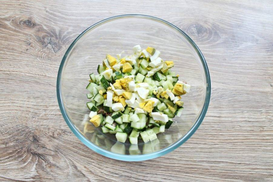 Яйцо очистите, порубите и добавьте в миску с языком и огурцом.