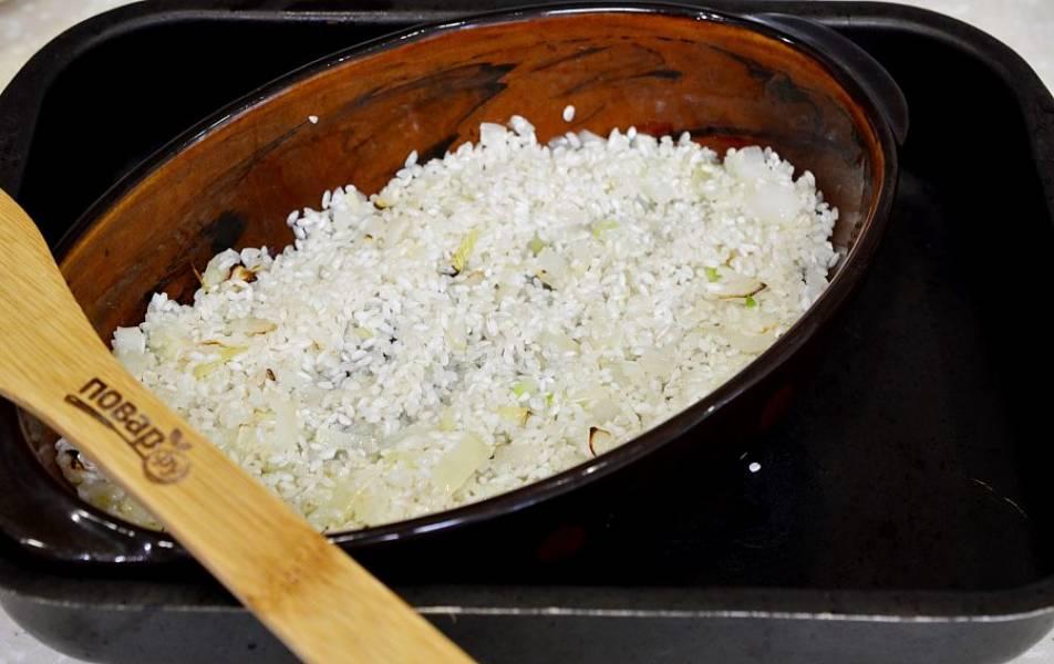 5. Рис хорошо промойте, выложите следующим слоем, отправьте в духовку минут на 7.