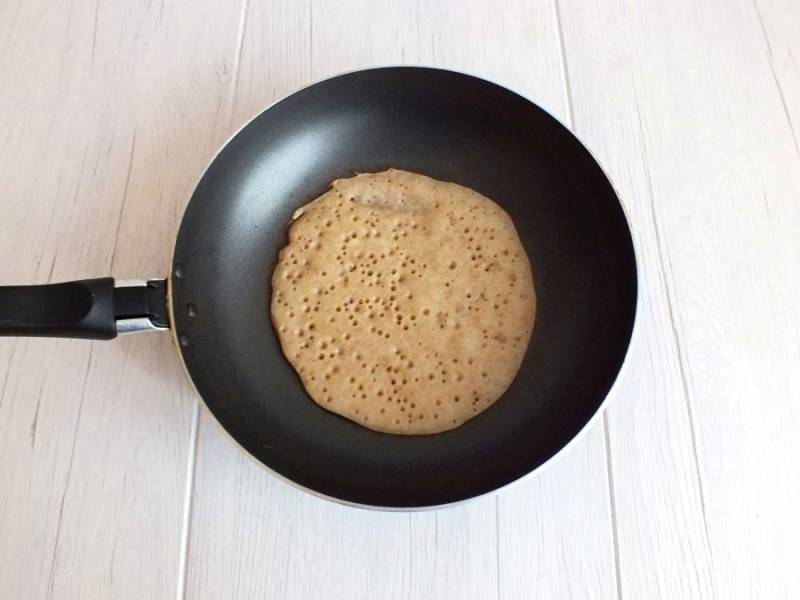 Хорошо разогрейте сковороду. Смажьте единожды тонким слоем растительного масла. Налейте небольшое количество теста, распределите по сковороде. Дождитесь, когда верх блинчика хорошо подсохнет.