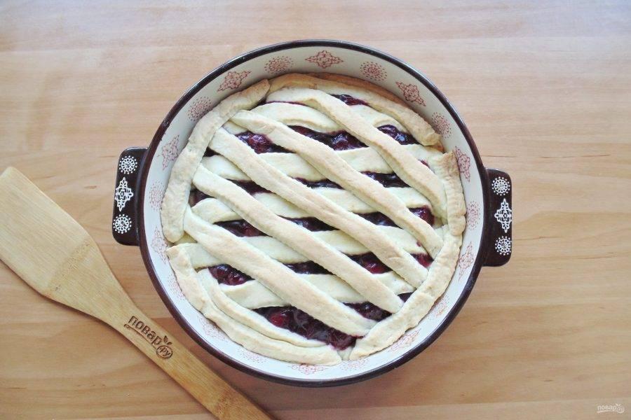 Пеките пирог в духовке, разогретой до 175-180 градусов 30-35 минут.