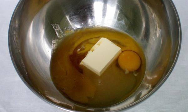 1. В миску вбиваем 2 яйца, добавляем 3 столовые ложки сахара, мед и 80 гр. мягкого сливочного масла, все перемешиваем и ставим на водяную баню.  Когда все растает и смешается - добавим соду и перемешаем. Снимаем с огня.