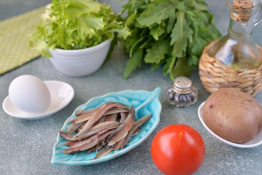 Анчоус почистите от головы, внутренностей, снимите филе с хребта. Также можно использовать соленый анчоуса из баночки, только количество его уменьшите вдвое, а то и втрое.