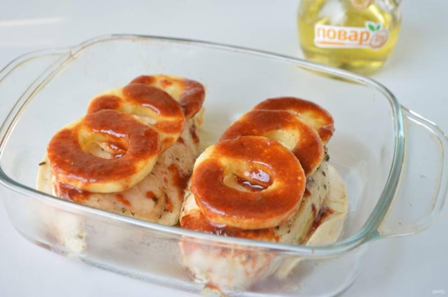5. Сверху положите яблочные колечки, полейте глазурью. Запекайте при 200 градусах 15-20 минут (до размягчения яблок).
