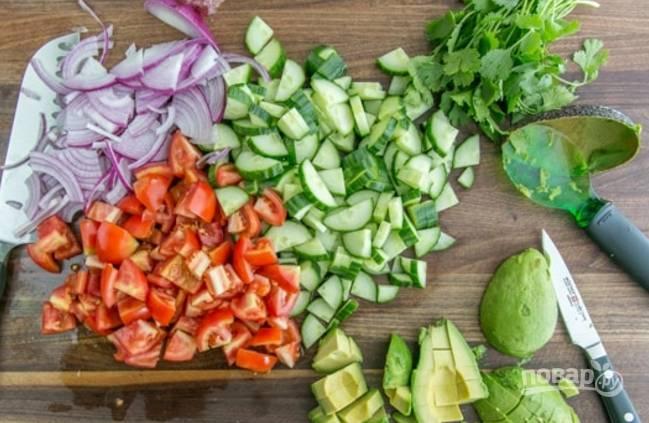 Теперь все овощи и авокадо нужно порезать. Я предпочитаю кусочки средней величины.