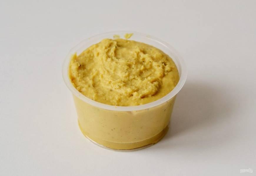 Сразу же разложите смесь по формочкам. Остудите до комнатной температуры, затем переложите в холодильник на 2 часа.