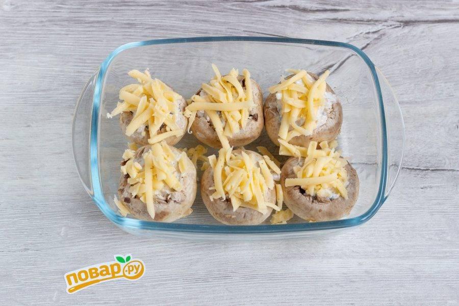 Переложите грибы в форму для запекания и посыпьте оставшимся сыром. Запекайте в разогретой до 180 градусов духовке 30-35 минут.