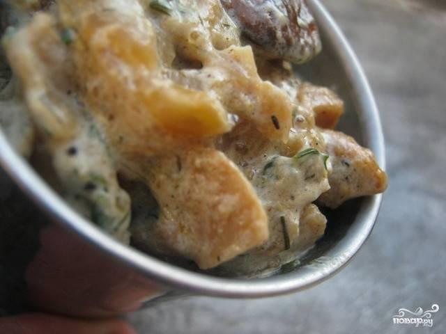 Готовый грибной соус из замороженных грибов получается очень густым, его можно просто кушать с хлебом. Если хотите сделать более жидкий вариант, добавьте грибной бульон вместе со сливками.