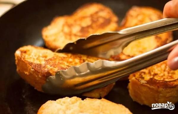 9. А чтобы хлеб в яйце был еще вкуснее, после жарки переложите ломтики в жаропрочную форму.