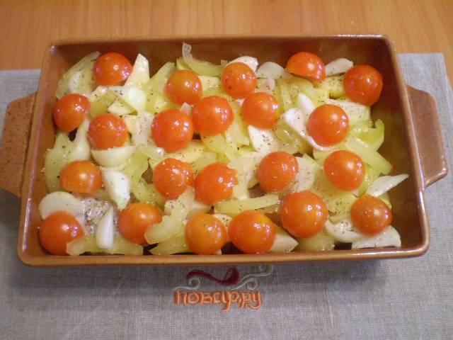 Далее помидоры черри, порезанные на половинки. Солим. Поливаем маслом.