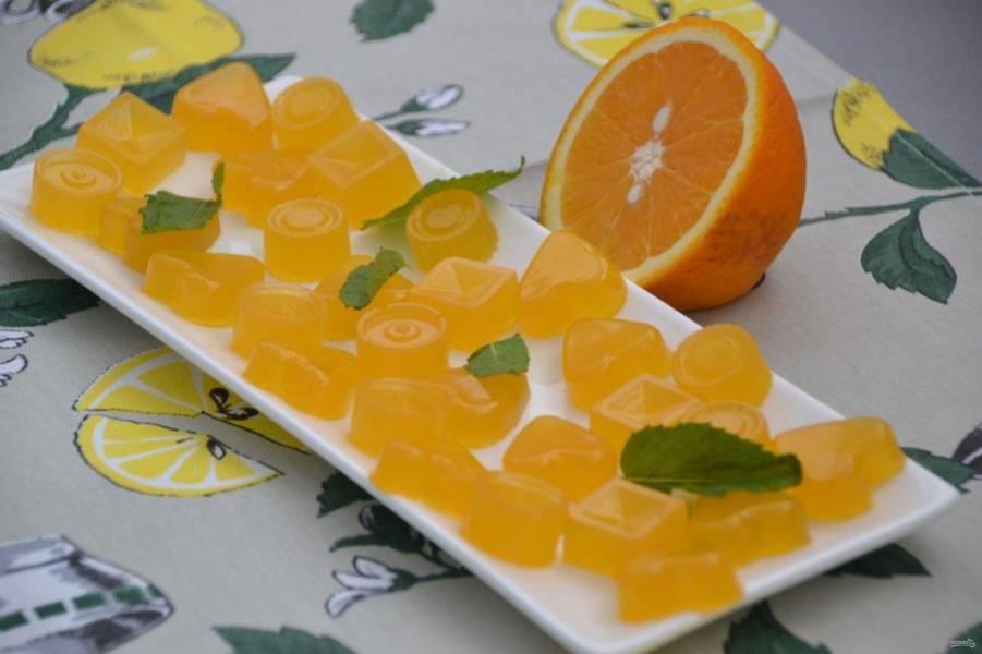 Мармелад превосходно извлекается из формочек. Спустя некоторое время у вас на столе будет прекрасное лакомство с освежающим апельсиновым вкусом. Такой мармелад отлично подойдет и для украшения кондитерских изделий: печенья, пирожных, тортов.