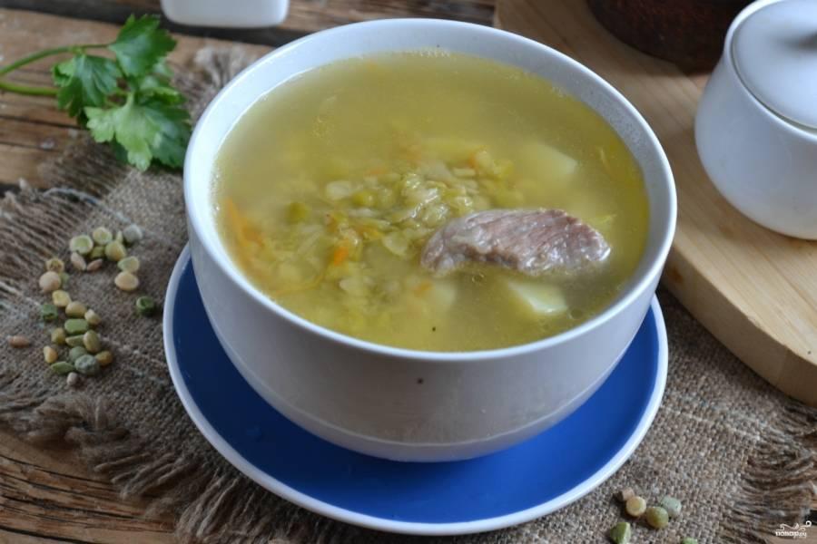Классический гороховый суп готов. Налейте его в порционные тарелки и подавайте к столу. Приятного аппетита!